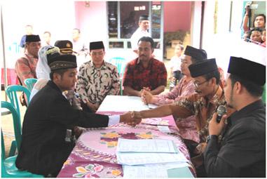 Walikota Blitar (tengah) saat menyaksikan Nikah Gratis di rumah Sutikno