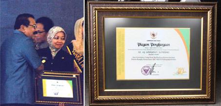Bupati Kediri dr. Hj. Haryanti saat menerima piagam dari Gubernur Soekarwo