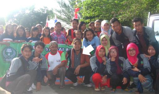 Kades Dorolegi Widjanarko, SH (tanda panah) foto bersama warga dan mahasiswa STAIN Kudus