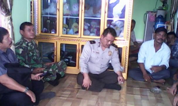 Dari kiri ke kanan : Ketua RT Hardi Taman, Babinsa Agus Wiyono, Babinmas Yeni Sugiarto